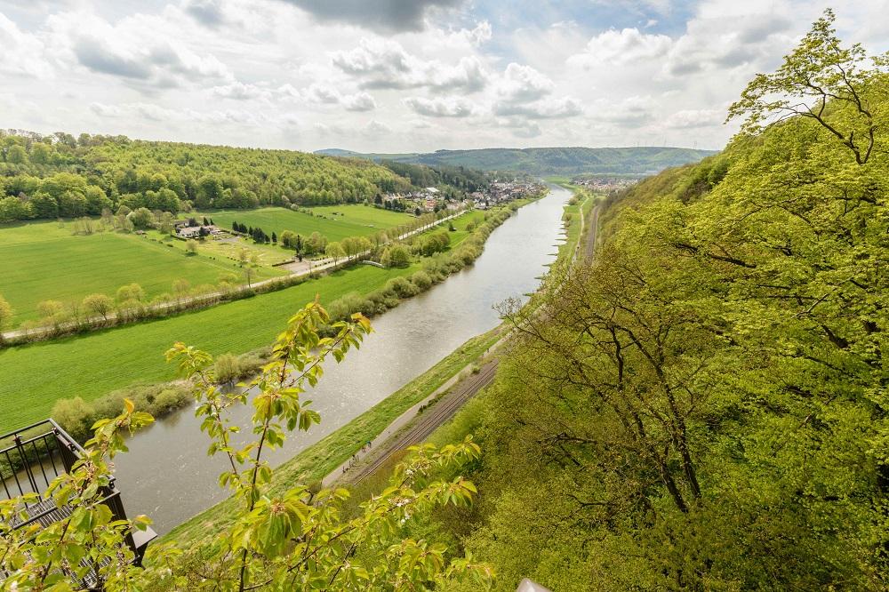 Fluß, Bäume, grünes Tal