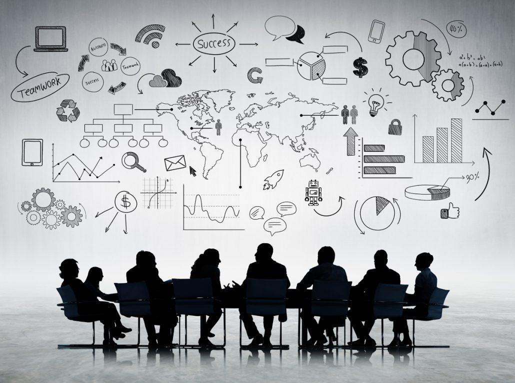 Konferenztisch mit gemeinschaftlich arbeitenden Menschen